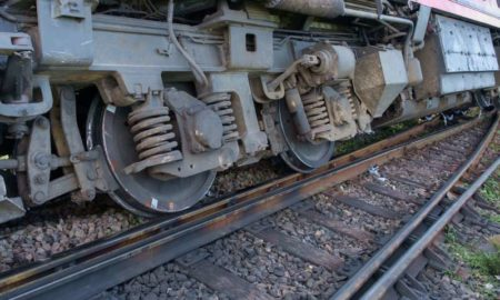 new-delhi-bound-poorva-express-derails-near-kanpur,-5-injured